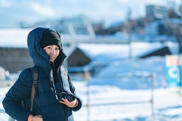 Mulher de turista na temporada de inverno
