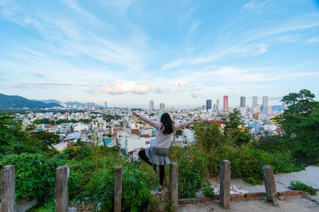 Mulher de turista olhando a paisagem urbana