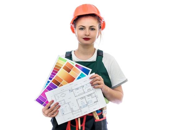Mulher de uniforme com paleta de cores e planta da casa