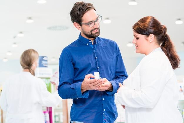 Mulher de vendas de farmácia ou drogaria, aconselhando o cliente