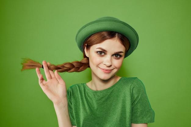 Mulher de verde, dia de são patrício, trevo verde de quatro folhas, parede verde