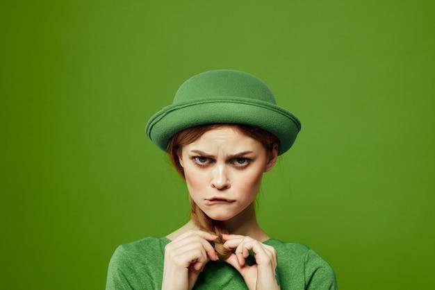 Mulher de verde, dia de são patrício, trevo verde de quatro folhas, verde