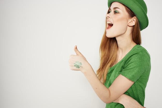 Mulher de verde, dia de são patrício, trevo verde de quatro folhas