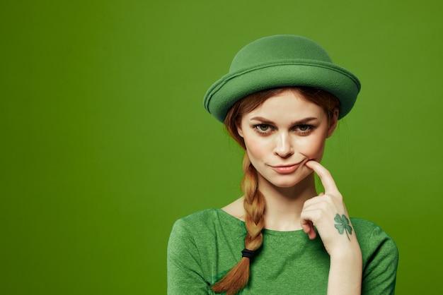 Mulher de verde no dia de são patrício