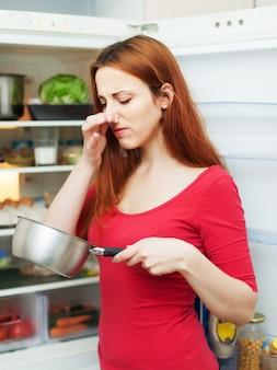 Mulher de vermelho com comida suja