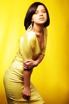Mulher de vestido amarelo em fundo amarelo