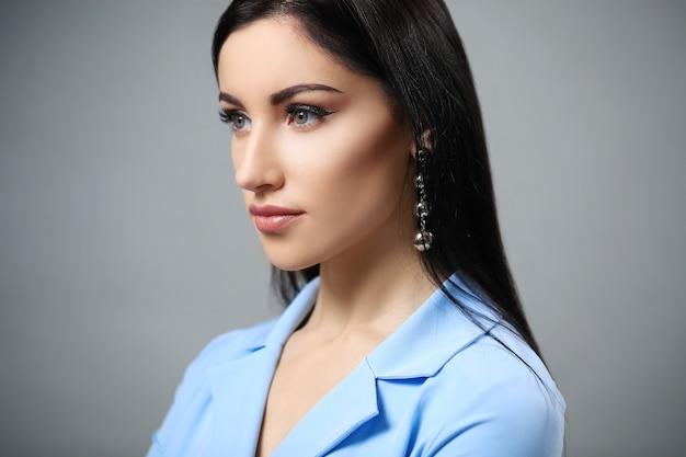 Mulher de vestido azul
