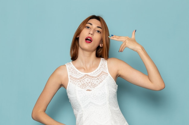 Mulher de vestido branco apenas posando