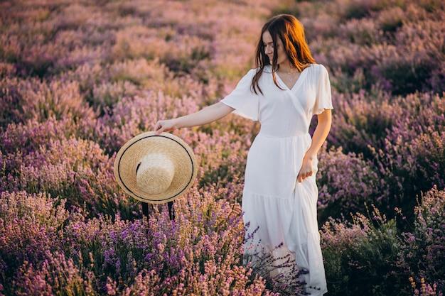 Mulher de vestido branco em um campo de lavanda