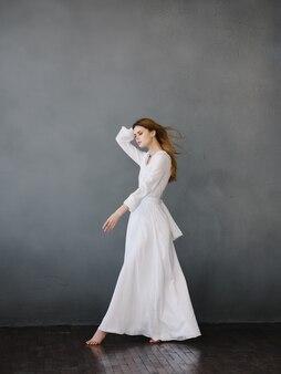 Mulher de vestido branco movimento dança glamour
