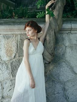 Mulher de vestido branco, natureza, paisagem luxuosa, grécia