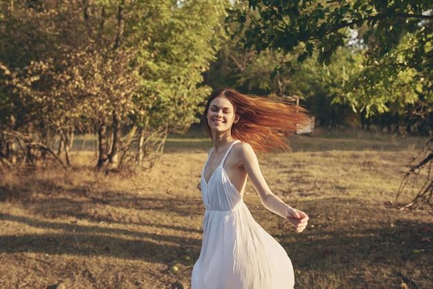 Mulher de vestido branco passeio ao ar livre na natureza