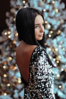Mulher de vestido de lantejoulas