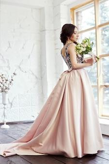 Mulher de vestido e um grande buquê de flores