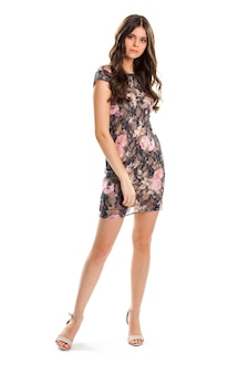 Mulher de vestido floral escuro. salto bege e vestido floral. look casual para a noite. roupas de grife e calçados novos.