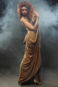 Mulher de vestido longo