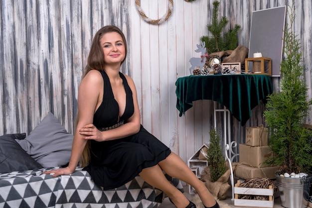 Mulher de vestido preto posando