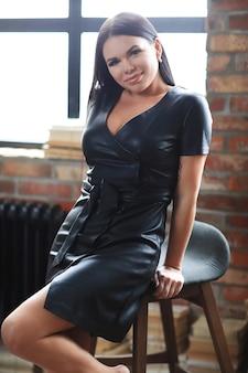 Mulher de vestido preto