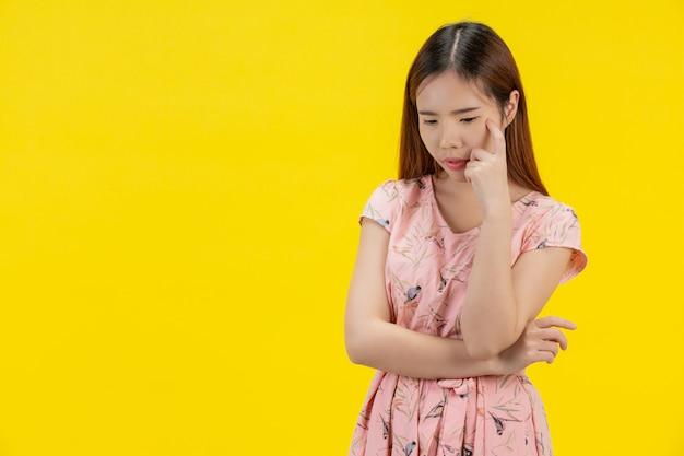 Mulher de vestido rosa, pensando em algo