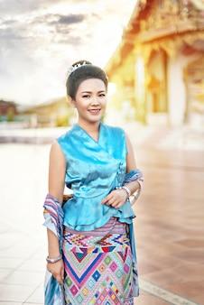 Mulher de vestido tradicional asiática