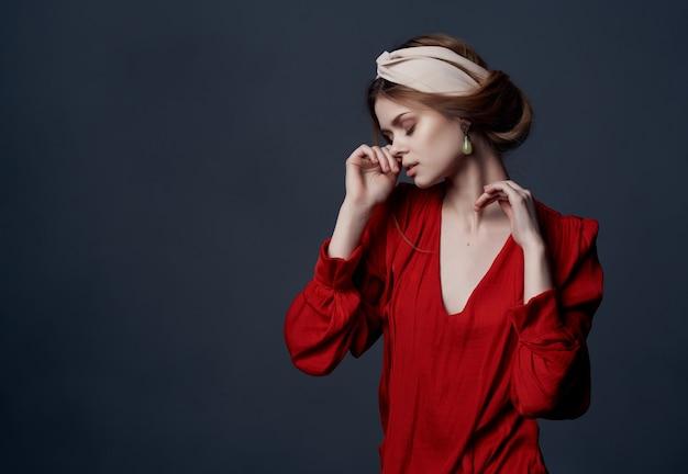 Mulher de vestido vermelho brincos bandana moda estilo elegante. foto de alta qualidade