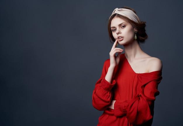 Mulher de vestido vermelho, brincos, tiara, moda, estilo elegante