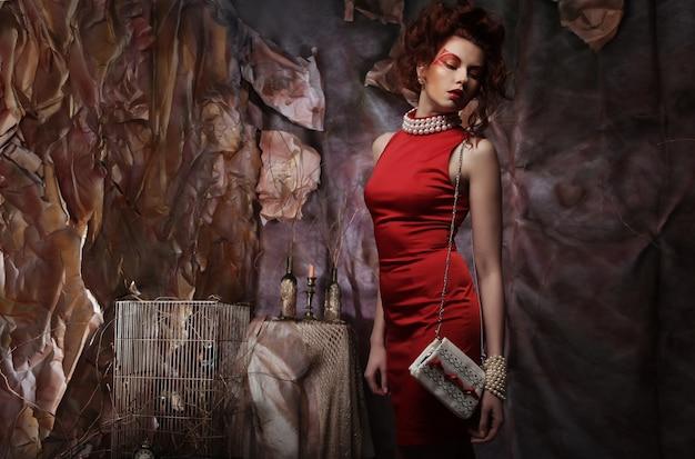 Mulher de vestido vermelho com bolsa branca