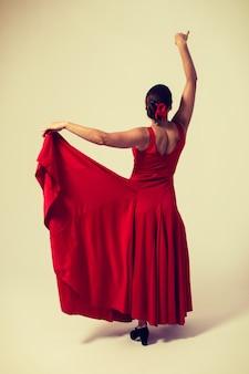 Mulher de vestido vermelho movendo-se com saia flamenca sevilhanas
