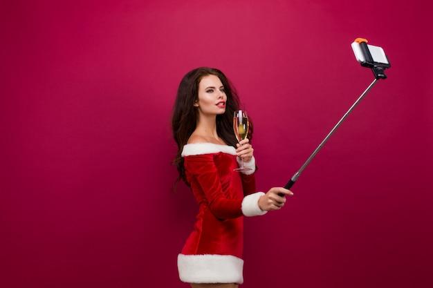 Mulher de vestido vermelho tomando selfie