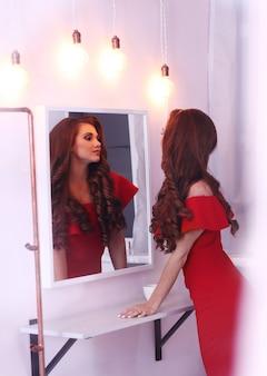 Mulher de vestido vermelho