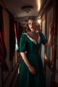 Mulher de viagem ferroviária em compartimento de trem vintage