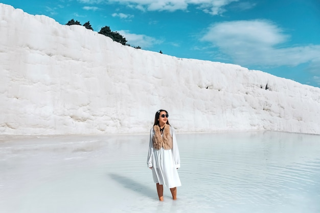 Mulher de viagens desfrutando pamukkale tranvanter piscinas na antiga hierapolis, denizli