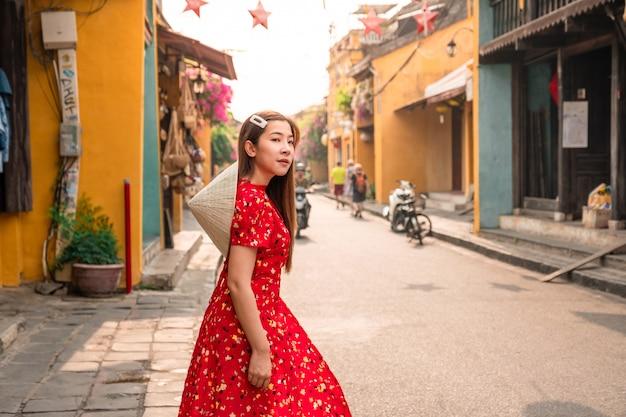 Mulher de viagens nas ruas de hoi an, vietnã