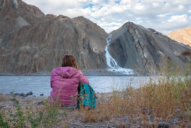 Mulher de viajante mochila na paisagem natural com montanhas na aldeia de alchi