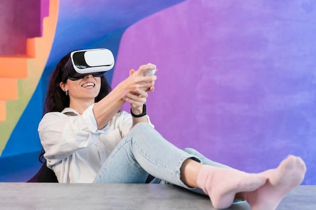 Mulher de visão de longo prazo e fone de ouvido de realidade virtual