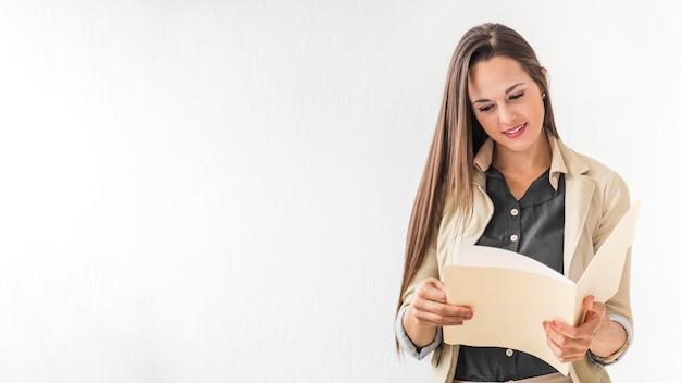 Mulher de visão frontal lendo notas com espaço de cópia