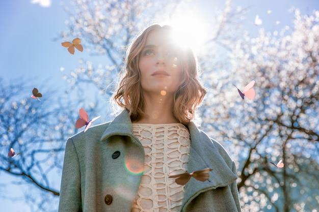 Mulher de vista baixa com borboleta 3d ilustrada