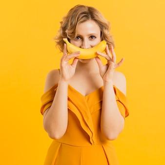 Mulher de vista frontal com banana