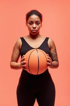 Mulher de vista frontal com bola de basquete