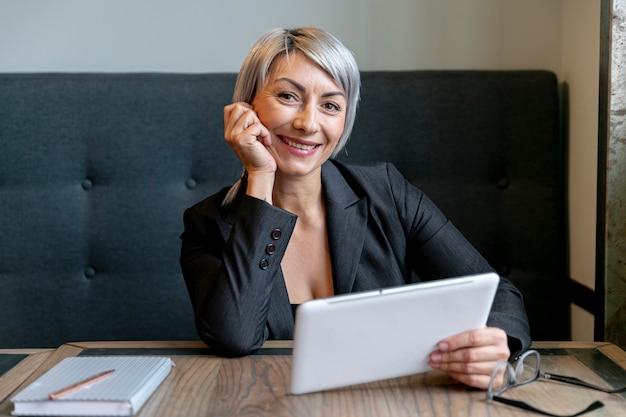Mulher de vista frontal com maquete do tablet