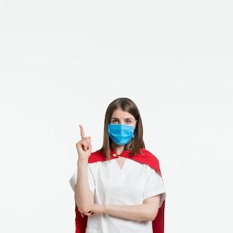 Mulher de vista frontal com máscara médica