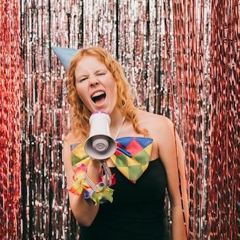 Mulher de vista frontal com megafone na festa de carnaval