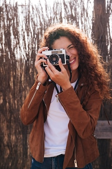 Mulher de vista frontal tirando fotos