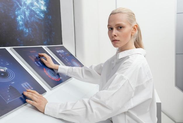 Mulher de vista lateral trabalhando em monitores digitais