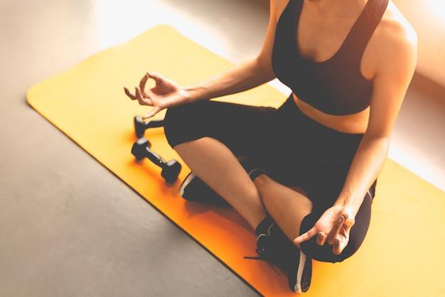 Mulher de vista superior fazendo ioga de gatilho de dedo ou pagar reverência em exercícios de fitness