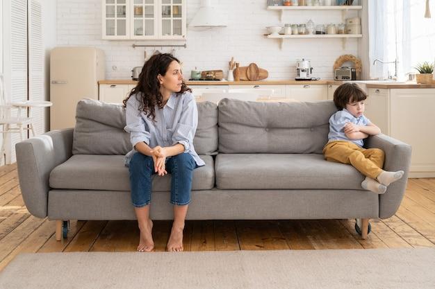 Mulher decepcionada após discussão de discórdia com filho pequeno travesso