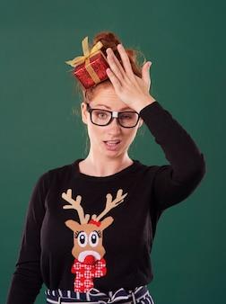 Mulher decepcionada na época do natal