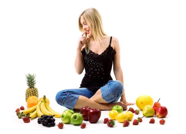 Mulher decidindo que fruta vai comer