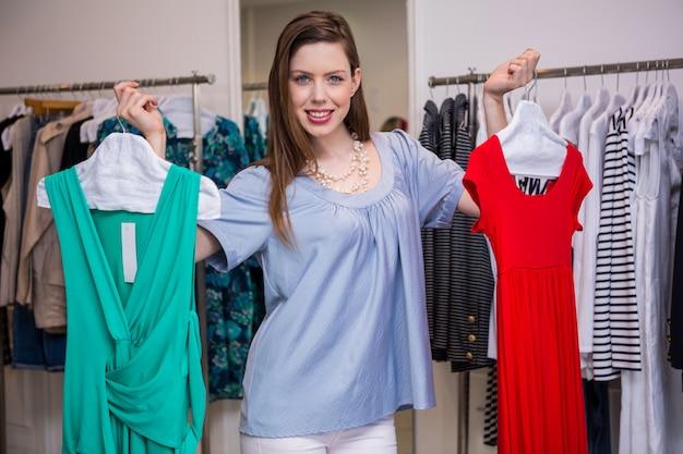 Mulher, decidir, entre, dois vestidos