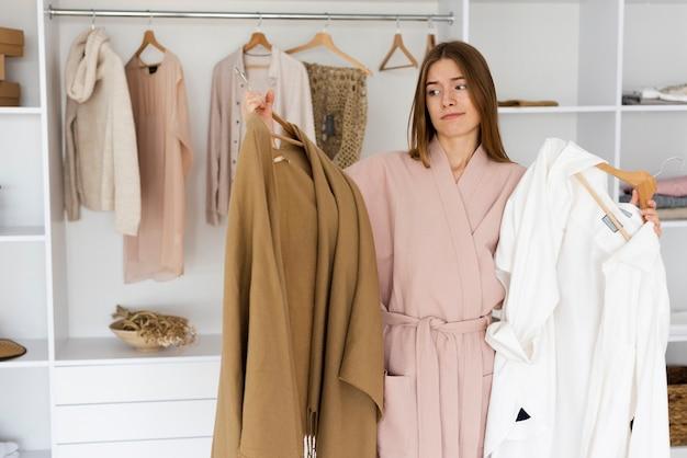 Mulher decidir o que vestir
